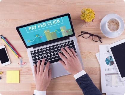 En mand der arbejder med Pay Per Click på en computer