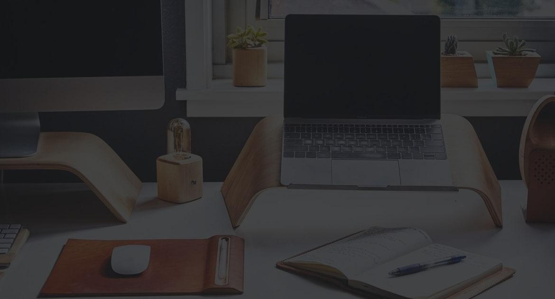 computer og skrivebord
