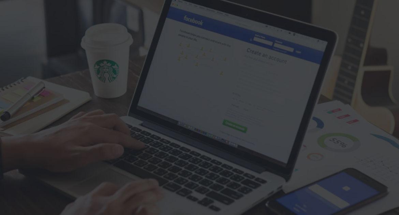 Facebook vises på en Macbook