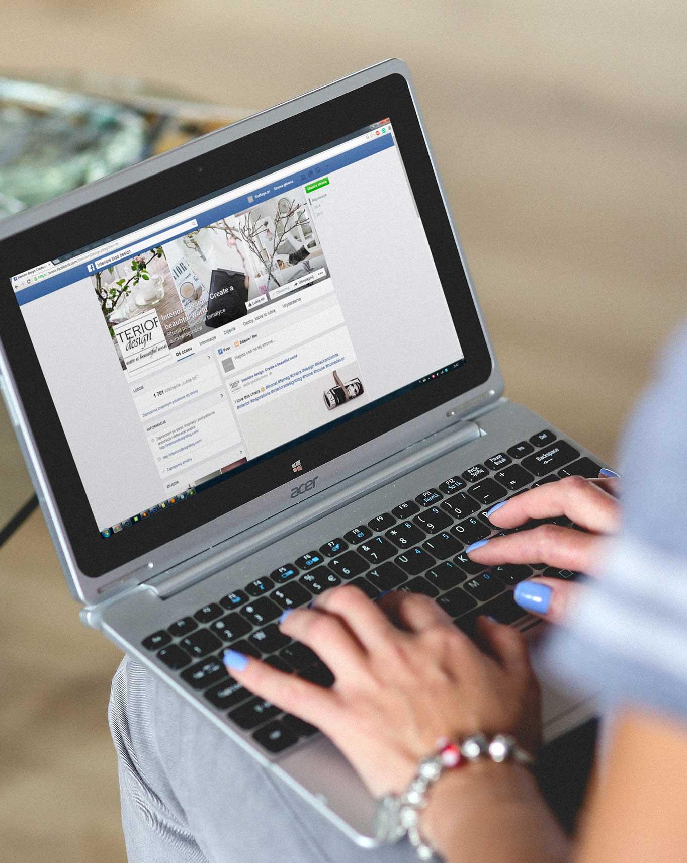 En kvinde som sidder på Facebook