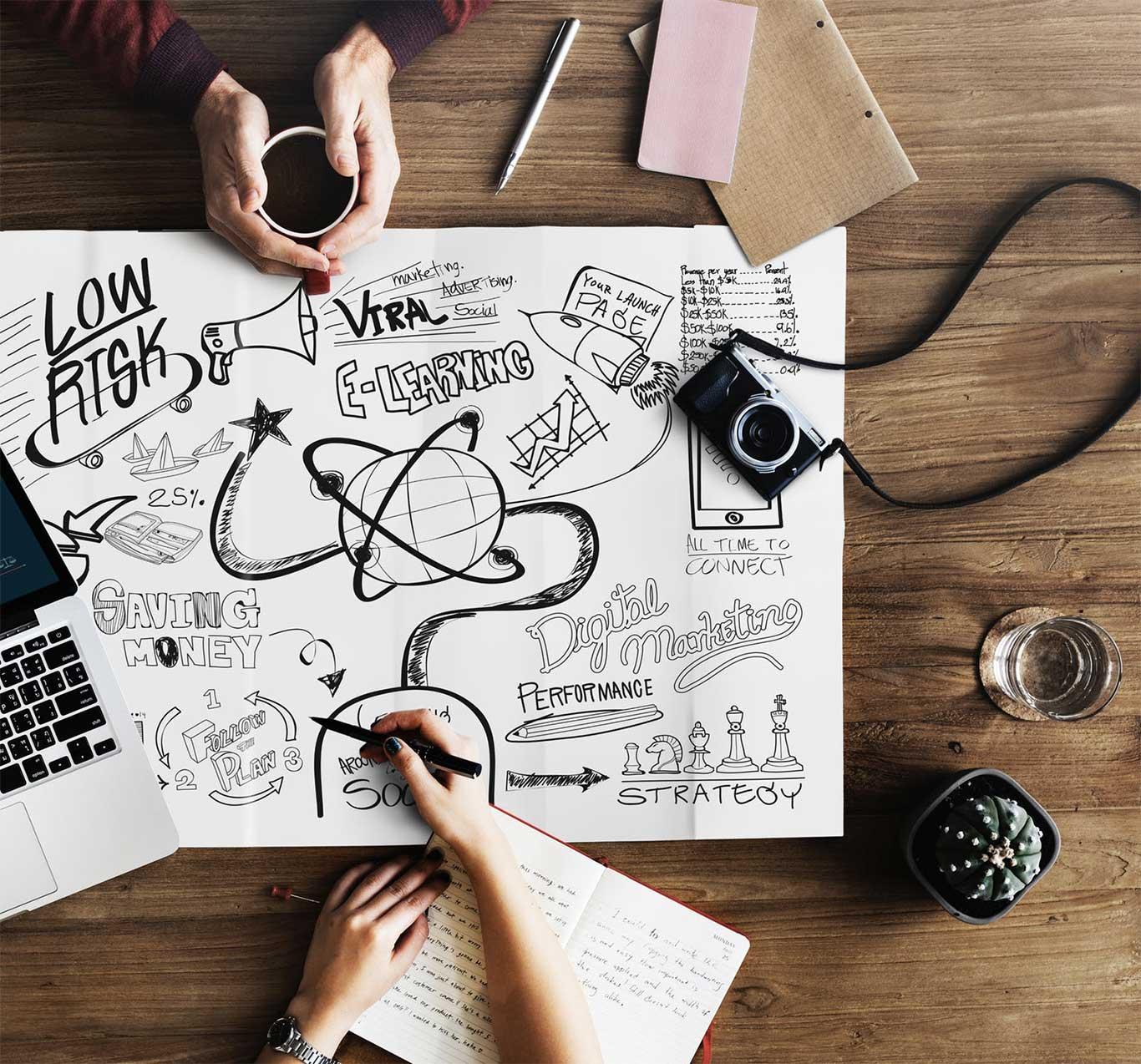 Grafisk design brainstorming på et papir